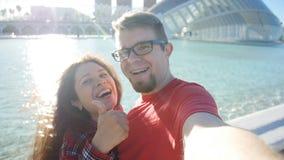 Молодые пары делая фото в Валенсия, Испанию selfie Принципиальная схема перемещения и каникулы видеоматериал