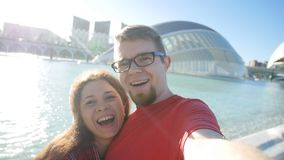 Молодые пары делая фото в Валенсия, Испанию selfie Принципиальная схема перемещения и каникулы сток-видео
