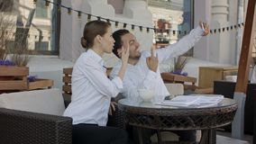 Молодые пары делая фото selfie на ресторане стоковое фото rf