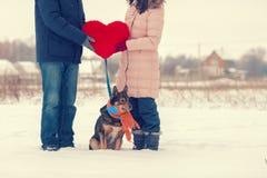 Молодые пары держа большое красное сердце стоковые фотографии rf