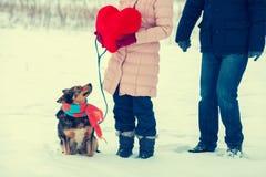 Молодые пары держа большое красное сердце стоковая фотография rf