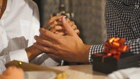 Молодые пары держа руки на кафе, крупный план сток-видео