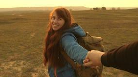 Молодые пары держа руки путешествуют придите после меня работа в команде туристов руки в любов путешествуют на сток-видео