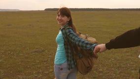 Молодые пары держа руки путешествуют придите после меня работа в команде туристов руки в любов путешествуют на акции видеоматериалы