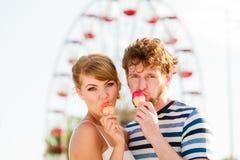 Молодые пары есть мороженое внешнее Стоковое Изображение RF