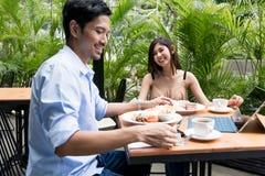 Молодые пары есть на ресторане Стоковые Фотографии RF