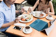 Молодые пары есть на ресторане Стоковое Фото