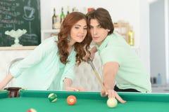 Молодые пары играя биллиард Стоковое фото RF
