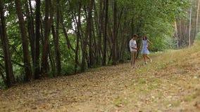 Молодые пары идя в древесины на следе с его котом видеоматериал