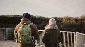 Молодые пары идя на долину гор совместно Человек и женщина исследуя природный парк в Исландии видеоматериал