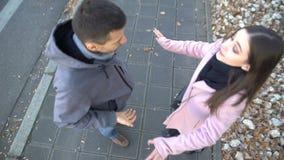 Молодые пары идя на улицу, женщину обвиняя и нажимая парня, прекращают сток-видео