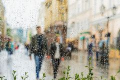 Молодые пары идя рука об руку без зонтика, не замечая дождь Они счастливые совместно Концепция современного Стоковая Фотография RF