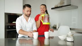 Молодые пары имеют завтрак в современной кухне белизна кофейной чашки Завтрак на утре Счастливые жена и супруг романтично видеоматериал