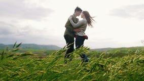 Молодые пары имеют объятие в луге yhe, человеке делают предложение для того чтобы получить женатыми видеоматериал