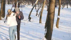Молодые пары имея бой в парке зимы видеоматериал