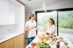 Молодые пары имея завтрак дома стоковые фото