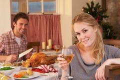Молодые пары имея обед рождества Стоковое фото RF