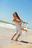 Молодые пары имея потеху на пляже Стоковые Фотографии RF