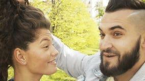 Молодые пары имея потеху на улице акции видеоматериалы