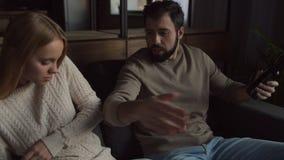 Молодые пары имея скандал сток-видео