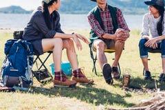 Молодые пары и друг сидя на стуле обсуждают совместно на кулачке Стоковая Фотография RF
