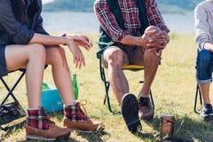 Молодые пары и друг сидя на стуле обсуждают совместно на кулачке Стоковое Фото
