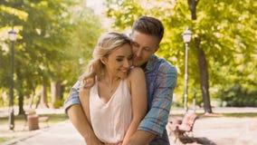 Молодые пары любовников нежно обнимая ликование видят один другого, дату в парке стоковое изображение rf