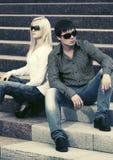 Молодые пары моды в конфликте сидя на шагах Стоковая Фотография RF