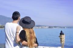 Молодые пары моря/океана beackground путешественников Счастливые любящие пары на пляже лета тропическом Каникулы, туризм, hooneym Стоковое Фото