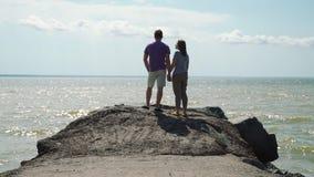 Молодые пары наслаждаясь взглядом моря сток-видео