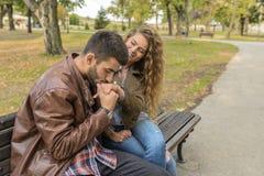 Молодые пары наслаждаясь временем в общественном парке стоковая фотография rf
