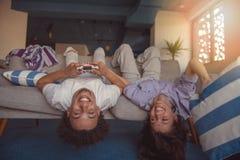 Молодые пары наслаждаясь играющ видеоигры совместно стоковые изображения