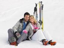 Молодые пары на каникуле лыжи стоковые изображения rf
