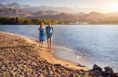 Молодые пары на озере Issyk Kul Стоковые Изображения RF