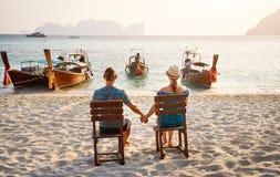 Молодые пары на пляже в Таиланде стоковое фото rf