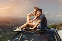 Молодые пары на поездке путешествуют автомобилем совместно и наслаждаются взглядом природы от верхней части стоковые изображения rf