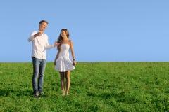 Молодые пары на поле лета Стоковое Изображение
