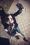 Молодые пары на празднике идя с камерой Стоковые Фотографии RF