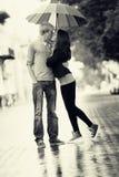 Молодые пары на улице города с зонтиком стоковое изображение