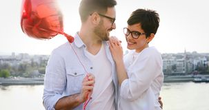 Молодые пары обнимая датировка и целовать внешний стоковая фотография