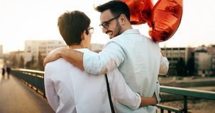 Молодые пары обнимая датировка и целовать внешний стоковая фотография rf