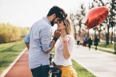 Молодые пары обнимая датировка и целовать внешний стоковое фото rf