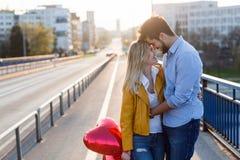 Молодые пары обнимая датировка и целовать внешний стоковые изображения rf