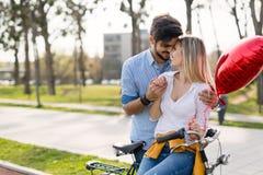 Молодые пары обнимая датировка и целовать внешний стоковое фото