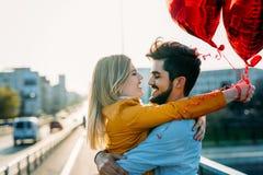 Молодые пары обнимая датировка и целовать внешний стоковое изображение rf