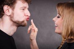 Молодые пары околпачивая с сливк Стоковое Изображение