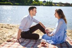 Молодые пары отдыхая на пляже Стоковая Фотография RF