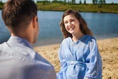 Молодые пары отдыхая на пляже Стоковые Фото