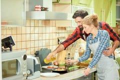 Молодые пары подготовляя еду Стоковое Изображение