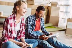 Молодые пары подсчитывая деньги Стоковые Изображения RF